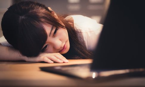 仕事に疲れて落ち込む女性