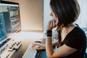 プログラミングを学ぶ女性イメージ